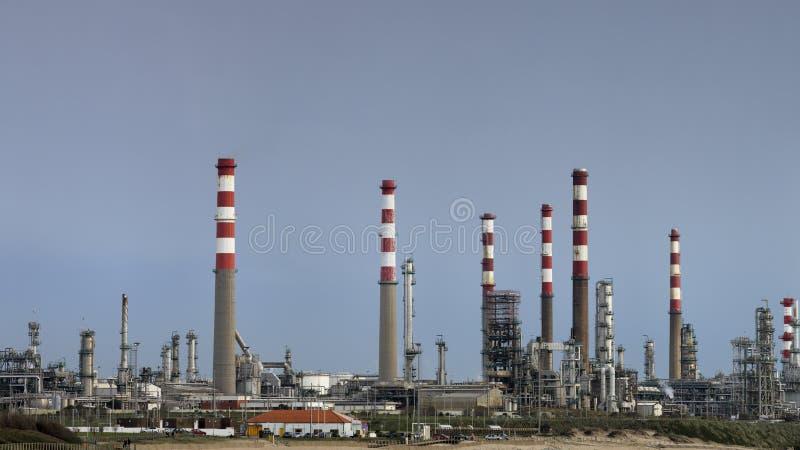 Parte de um panorama grande da refinaria de petróleo imagens de stock royalty free
