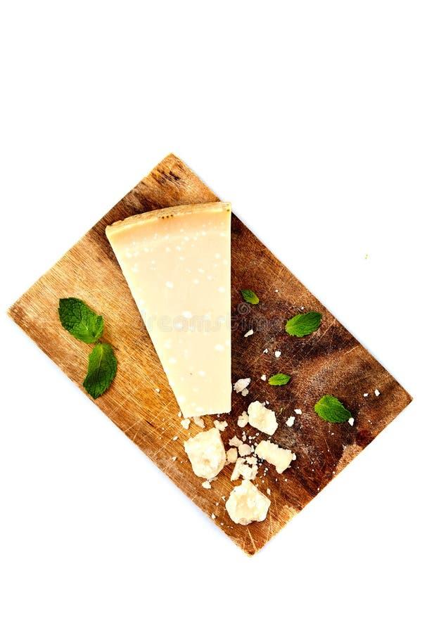 Parte de um Parmesão e de um queijo raspado fotografia de stock