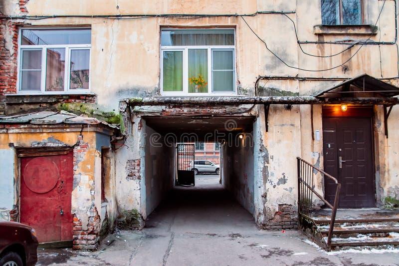 Parte de uma casa com um arco quadrado fotografia de stock