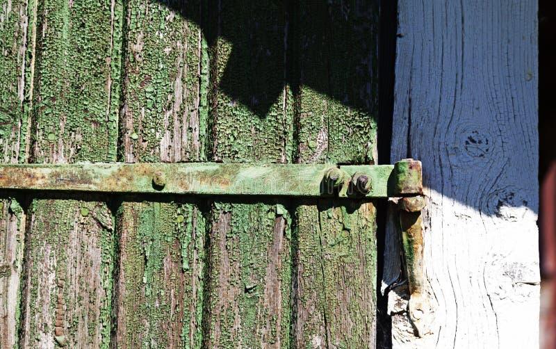 Parte de uma porta velha com dobradiças fotografia de stock