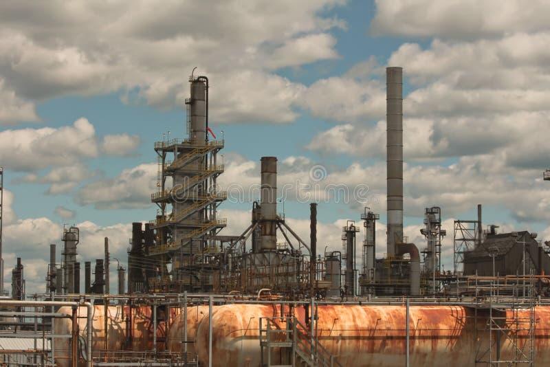 Parte de uma refinaria de petróleo grande. fotografia de stock royalty free
