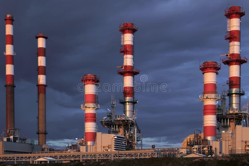 Parte de uma refinaria de petróleo no crepúsculo foto de stock