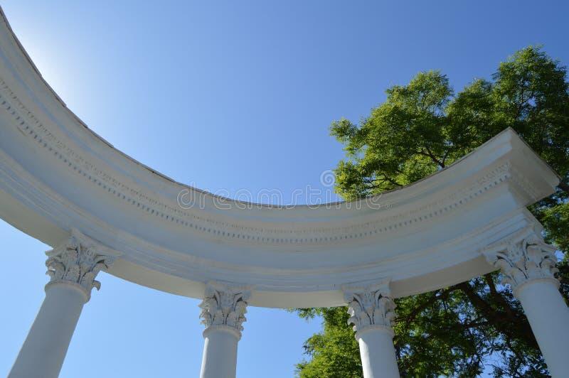 Parte de uma rotunda branca com colunas contra um céu azul em um dia ensolarado fotos de stock royalty free