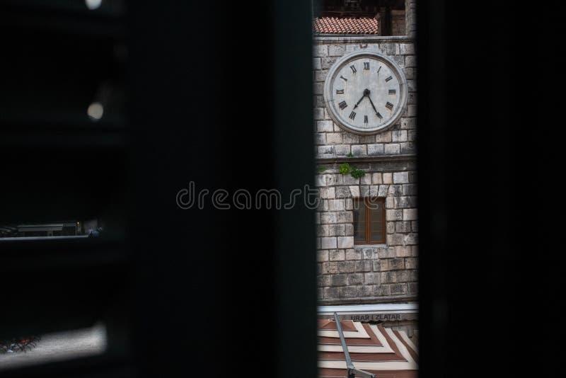 Parte de uma torre de pulso de disparo em Kotor, Montenegro, tiro atrav?s dos obturadores entreabertos da janela fotografia de stock