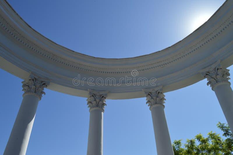 Parte de un blanco de la Rotonda con las columnas contra un cielo azul en un día soleado imágenes de archivo libres de regalías