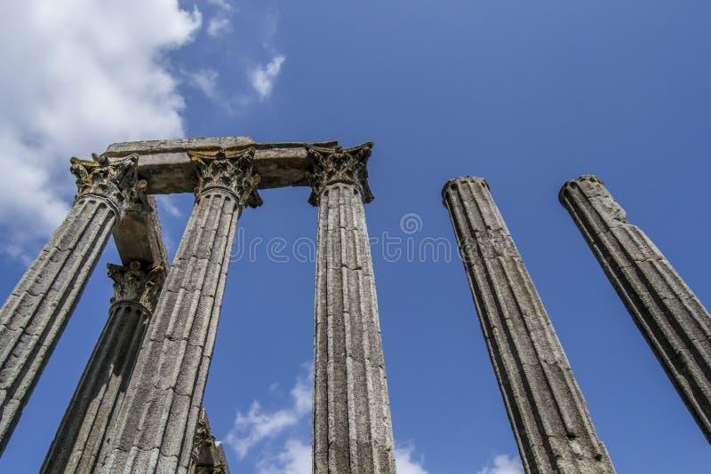 Parte de un monumento/de una señal viejos en una ciudad europea en Portugal - templo romano imagen de archivo