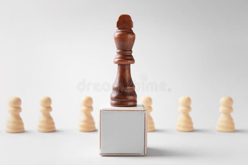 Parte de xadrez com o cubo no fundo claro imagens de stock