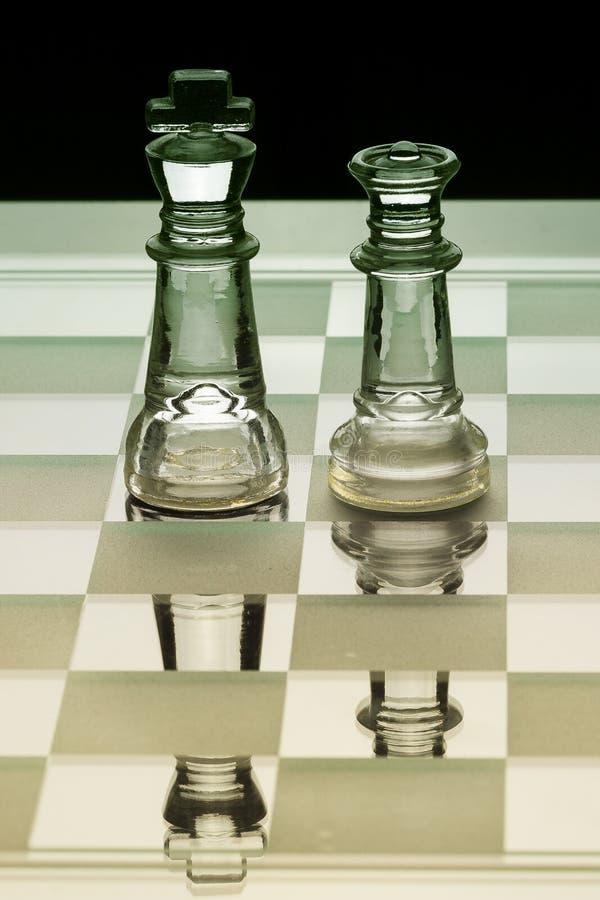 Parte de xadrez de vidro do rei e da rainha que enfrenta-se na máscara verde e amarela imagem de stock royalty free