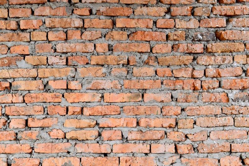 Parte dei mura di mattoni rossi di vecchia costruzione Sharp e contrasto con la più forte cima delle ombre della foto immagini stock