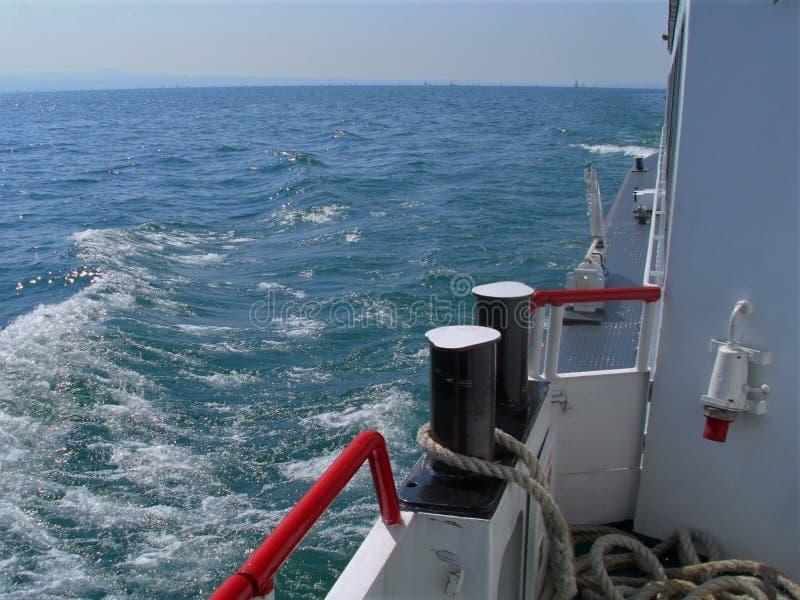 Parte del barco de la excursión, primero plano, bolardo fotos de archivo libres de regalías