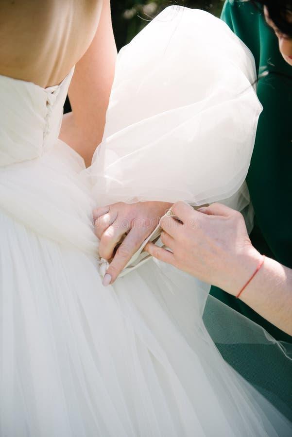Parte del bride& x27; fine del vestito da sposa da s su immagini stock libere da diritti