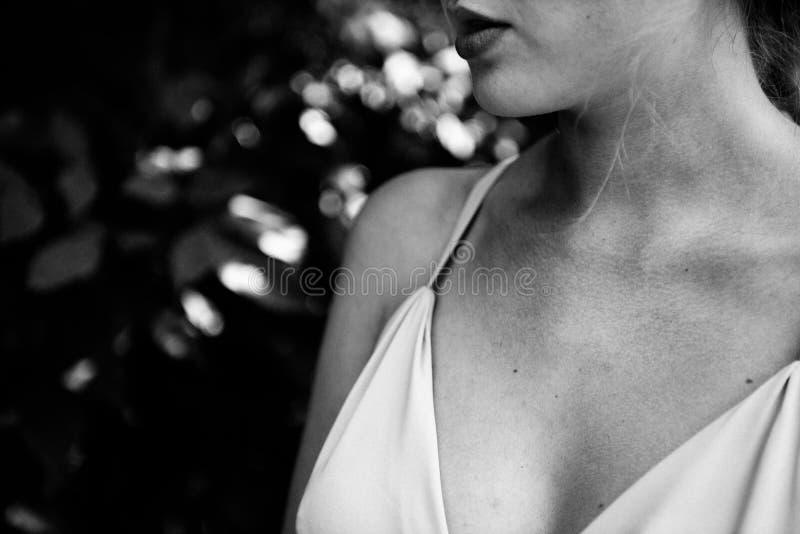 Parte del bride& x27; fine del vestito da sposa da s su immagini stock
