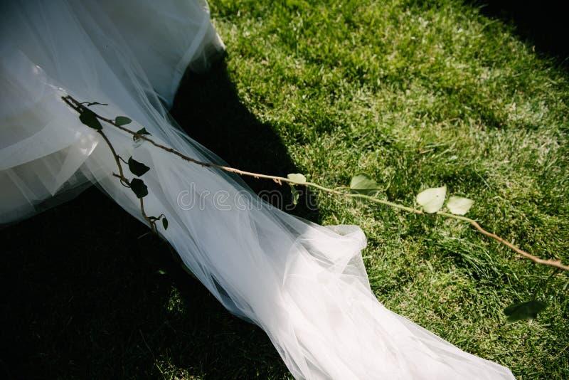 Parte del bride' fine del vestito da sposa da s su fotografie stock