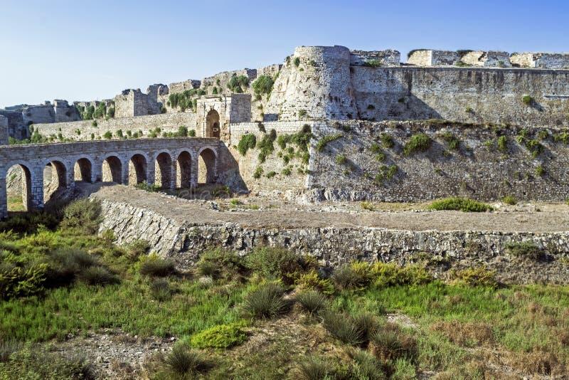Parte del castillo de Methoni y del paisaje azul Messenia Grecia - fortalecimiento veneciano medieval del mar imagen de archivo