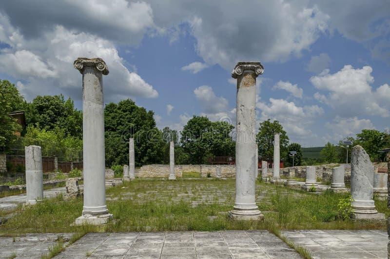 Parte del complejo romano antiguo Abritus del peristilo de la ciudad imagen de archivo