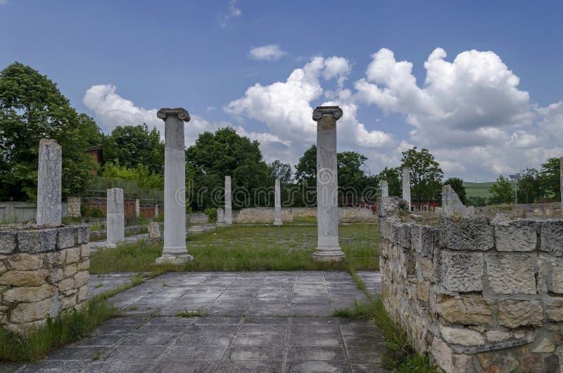 Parte del complejo romano antiguo Abritus del peristilo de la ciudad imagen de archivo libre de regalías
