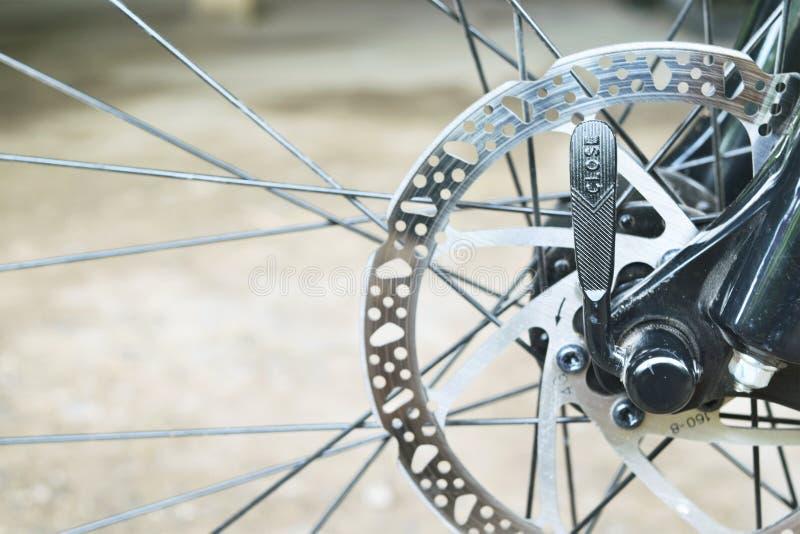 Parte del disco del freno de la bici de montaña en cierre para arriba foto de archivo libre de regalías