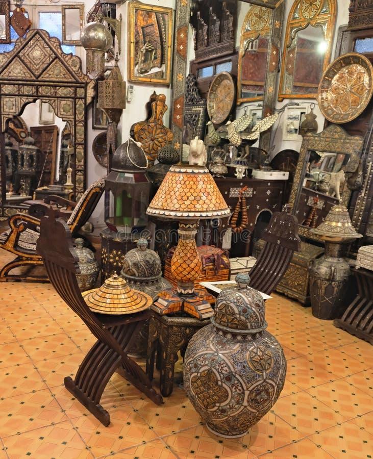 Parte del interior con muebles hermosos y diversas decoraciones marroqu?es foto de archivo libre de regalías