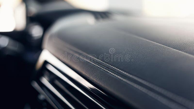 Parte del interior de cuero negro de cuero cosido del coche Interior de cuero perforado del negro de lujo moderno del coche imagenes de archivo