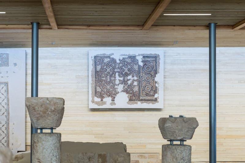 Parte del mosaico antico ristabilito che appende sulla parete in chiesa commemorativa di Mosè sul supporto Nebo vicino alla città fotografia stock