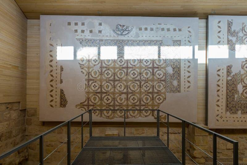 Parte del mosaico antiguo restaurado que cuelga en la pared en la iglesia conmemorativa de Moses en el soporte Nebo cerca de la c fotografía de archivo libre de regalías