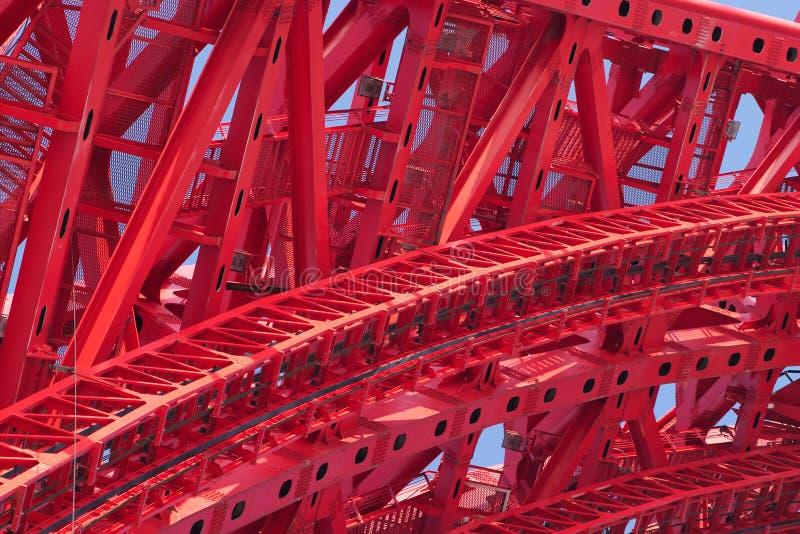 Parte del primer rojo fuerte del marco del puente imagenes de archivo