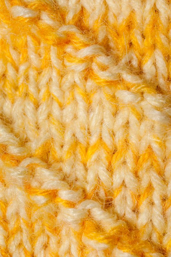 Parte del primo piano di tela a mano lavorata all'uncinetto tricottata bianca gialla immagini stock