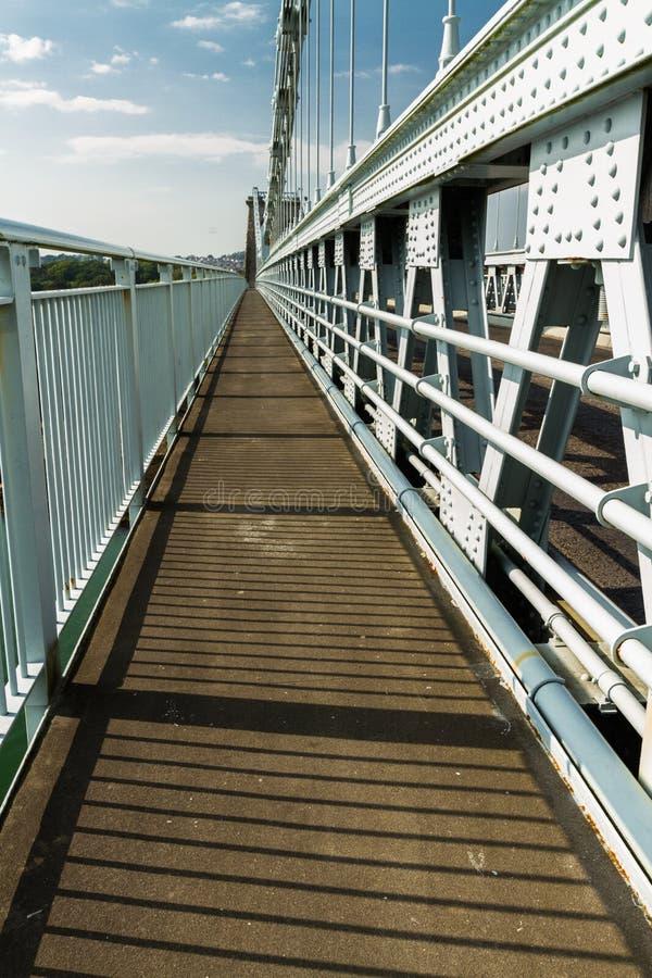 Parte del sentiero per pedoni della piattaforma del ponte sospeso di Menai sopra il betwee fotografie stock libere da diritti