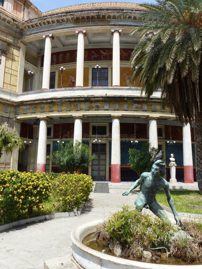 Parte del teatro Politeama nel centro di Palermo con una statua di un giovane La Sicilia, Italia fotografia stock