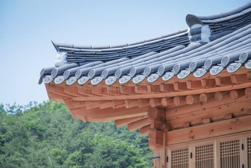 Parte del tetto della casa coreana tradizionale immagini stock