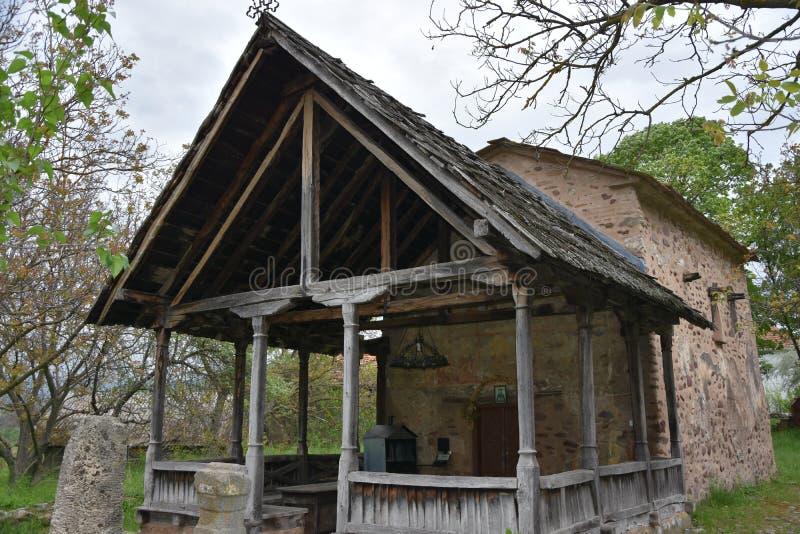 Parte delantera con la entrada en iglesia ortodoxa antigua imagenes de archivo