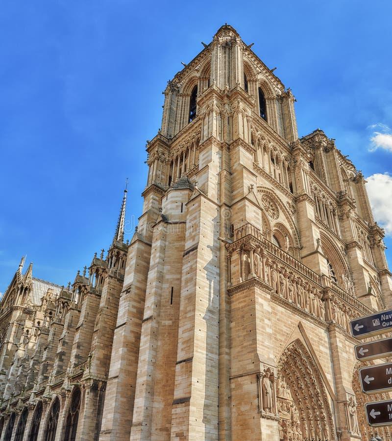 Parte delantera de Notre Dame de Paris Cathedral, la mayoría de la catedral hermosa imagen de archivo libre de regalías