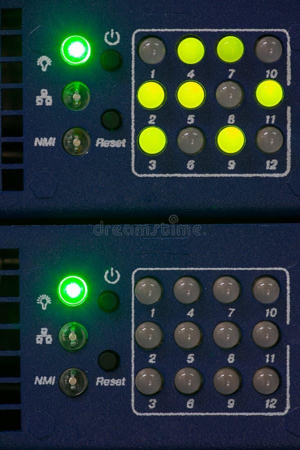 Parte delantera del servidor que muestra los interruptores coloridos y que ata con alambre la imagen abstracta para el uso como f imágenes de archivo libres de regalías