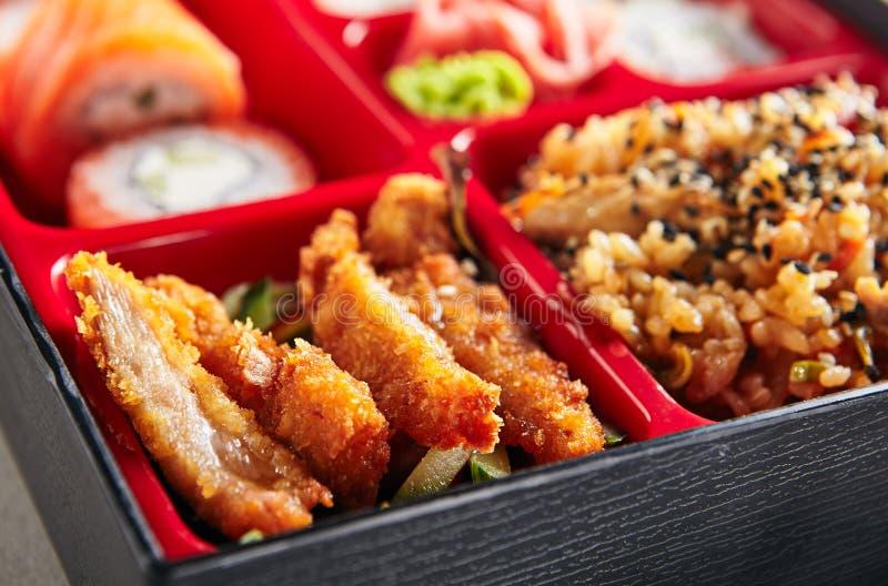 Parte dell'alimento fresco nel giapponese Bento Box immagine stock libera da diritti