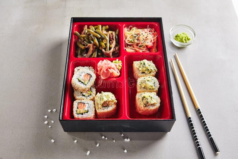 Parte dell'alimento fresco nel giapponese Bento Box fotografie stock libere da diritti