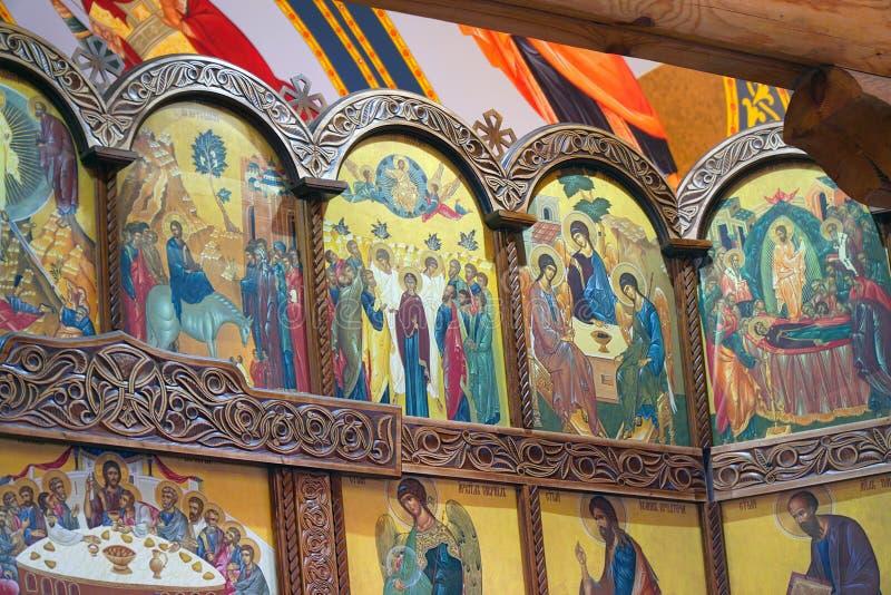 Parte dell'iconostasi con le icone nella chiesa ortodossa fotografia stock