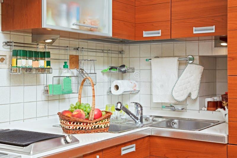 Parte dell'interiore della cucina con il dispersore immagini stock libere da diritti