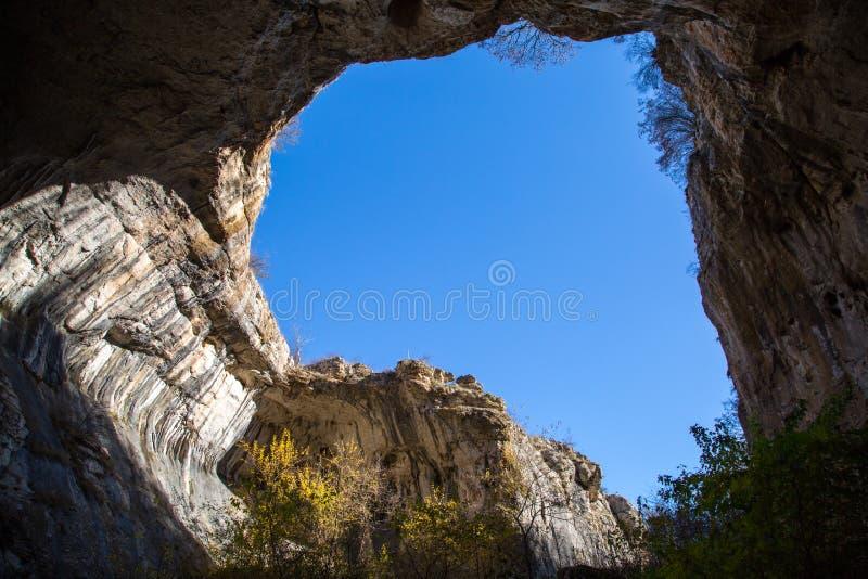 Parte della caverna e del cielo blu vibrante in Prohodna immagini stock libere da diritti
