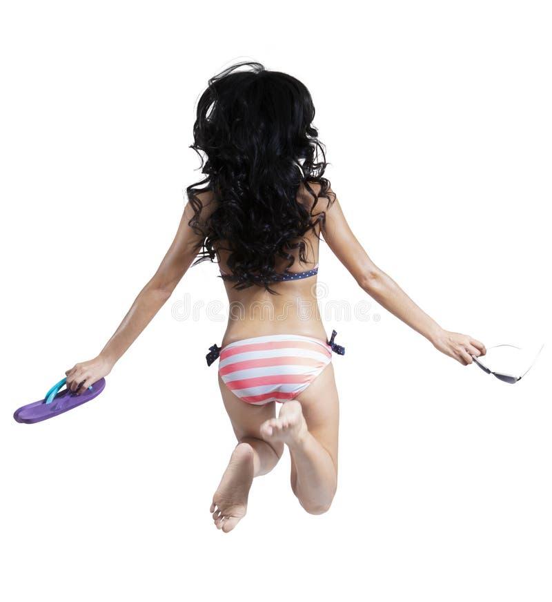 Parte della donna nel salto del bikini fotografia stock