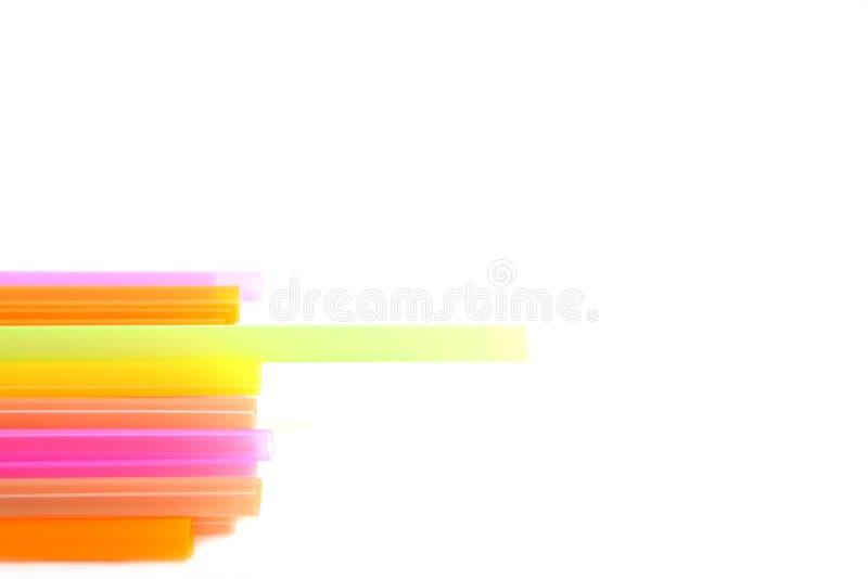 Parte della pila di plastica delle paglie di multi colore immagine stock