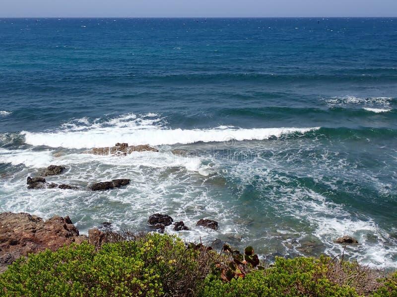 Parte della riva, con le rocce e le onde fotografia stock libera da diritti