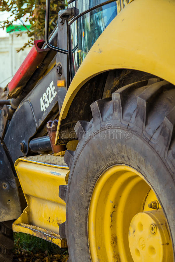 Parte della ruota e della carrozza dell'escavatore industriale pesante fotografie stock