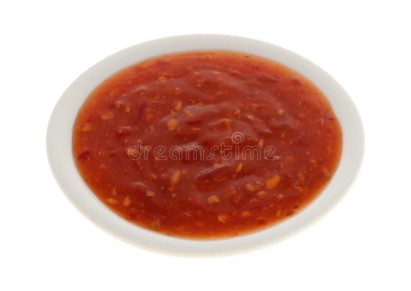 Parte della salsa del pollo del peperoncino rosso in una piccola ciotola fotografia stock