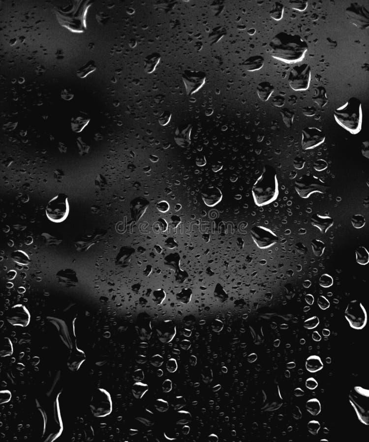 Parte della serie Foto del fondo delle gocce di pioggia su vetro scuro, dimensione differente: piccolo medium e grande, vista ori immagini stock