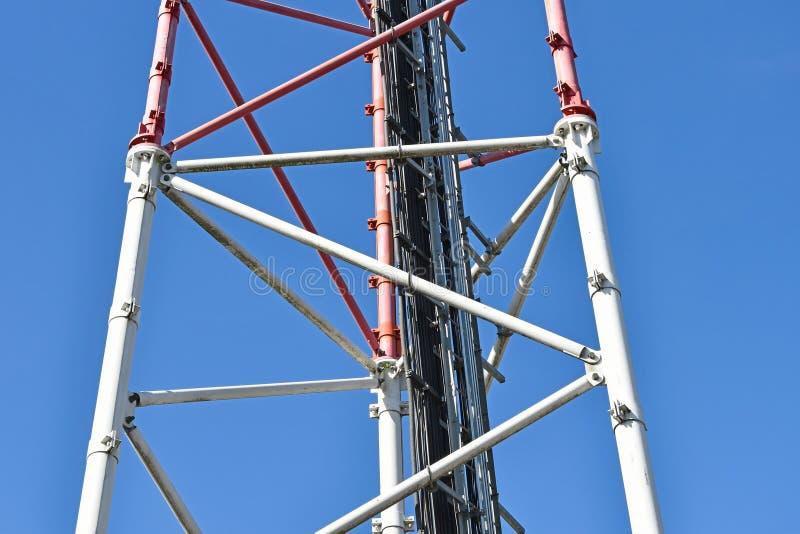 Parte della stazione ripetitrice della torre e del telefono cellulare di a microonde fotografia stock