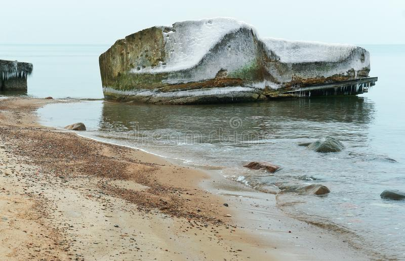 Parte della struttura in cemento armato nell'acqua, inquinamento delle acque fotografia stock libera da diritti