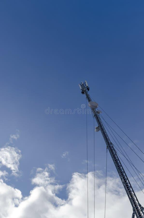 Parte della torre di telecomunicazione con l'antenna nell'inverno, montagna di Plana fotografia stock
