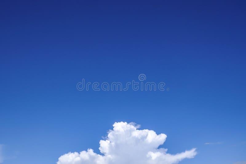 Parte delle nuvole lanuginose bianche sul chiaro fondo della natura del cielo blu fotografia stock