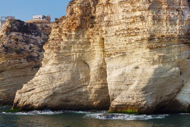 Parte delle rocce famose del piccione nel distretto di Raouche, Beirut immagine stock libera da diritti