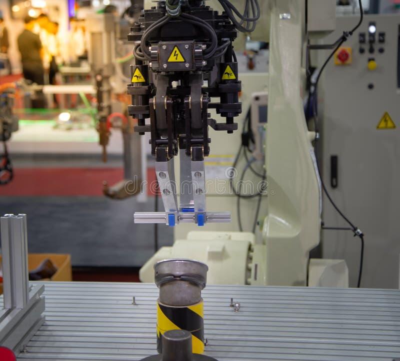 Parte di alluminio di sollevamento del robot fotografia stock